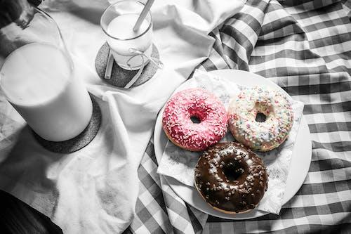 Gratis stockfoto met doek, donuts, eten, melk