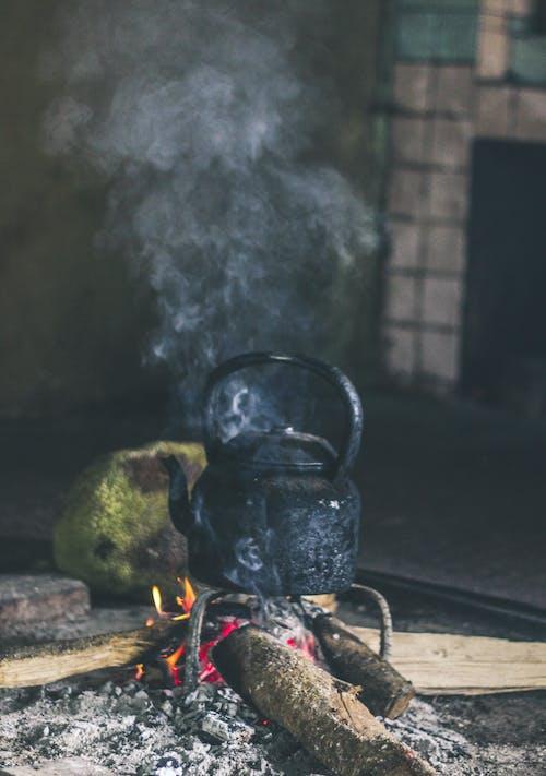 Fotos de stock gratuitas de casco, fuego, fumar, humano