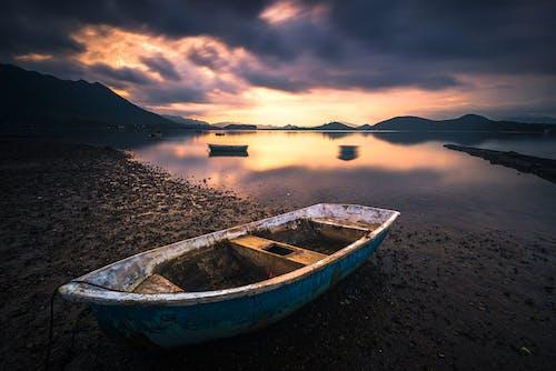 Foto d'estoc gratuïta de barca, rellecció, sunrse