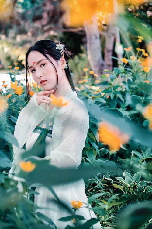 Foto profissional grátis de adulto, ao ar livre, Asiático, atraente