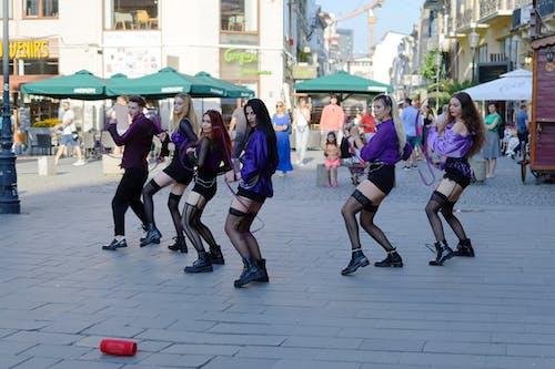 Gratis arkivbilde med bygninger, danse, dansegruppe på gaten, gate