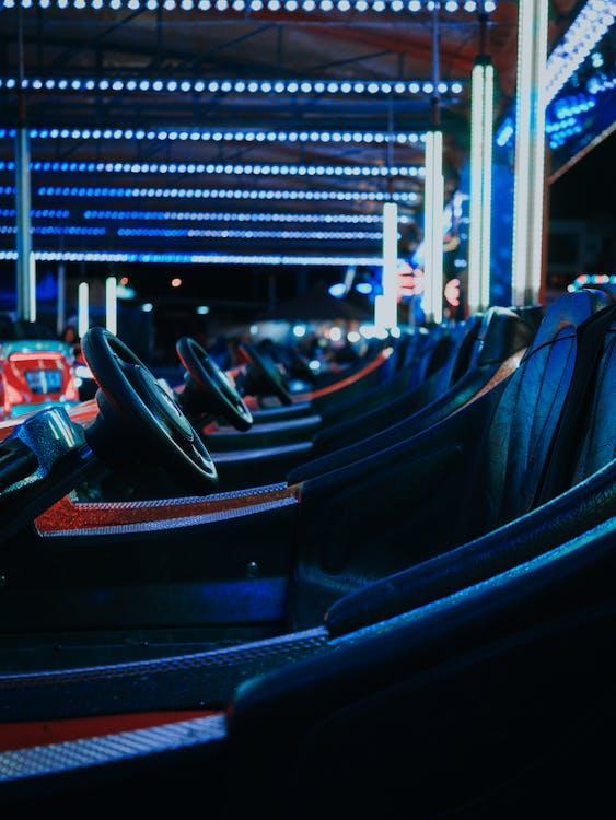 Çarpışan arabalar, eğlence fuarı, gece