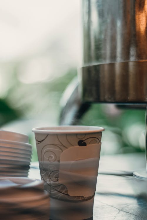 Бесплатное стоковое фото с дымить, кофейная чашка, столовые приборы, чашка чая