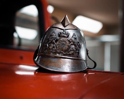 Безкоштовне стокове фото на тему «іржавий, блискучий, каска, пожежник»