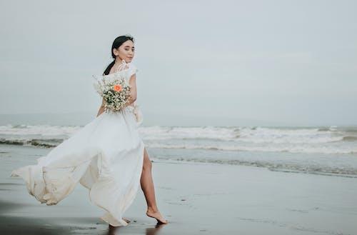 Zdjęcie Kobiety W Białej Sukni