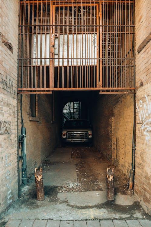 Ingyenes stockfotó autó, bárok, belváros, cső témában