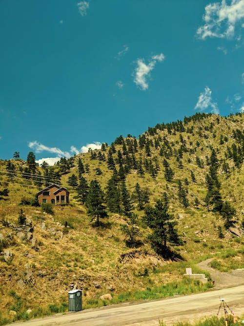 天空, 山, 房子, 樹木 的 免費圖庫相片