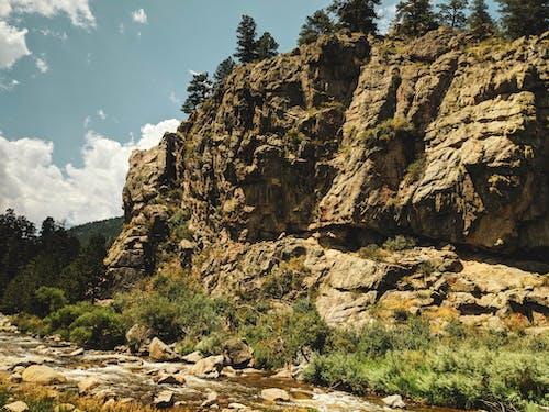 山, 懸崖, 河, 流 的 免費圖庫相片