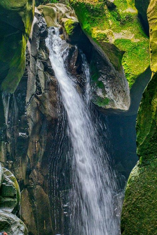 Бесплатное стоковое фото с валуны, вода, водопады, длинная экспозиция
