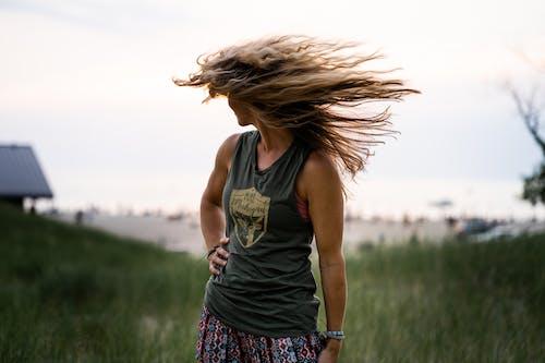 Безкоштовне стокове фото на тему «веселий, вітер, вітряний, волосина»