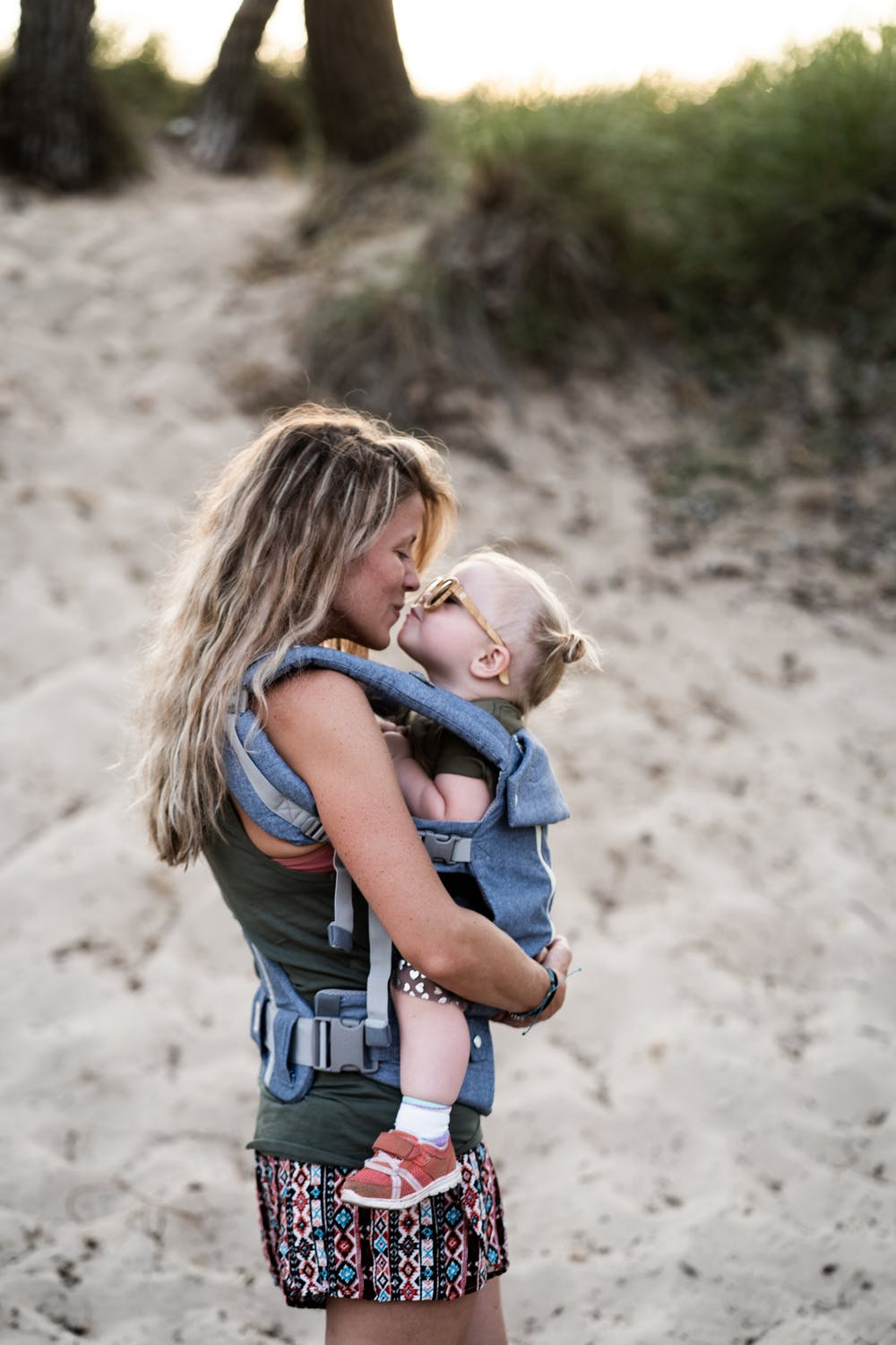 Woman carrying a little girl. | Photo: Pexels