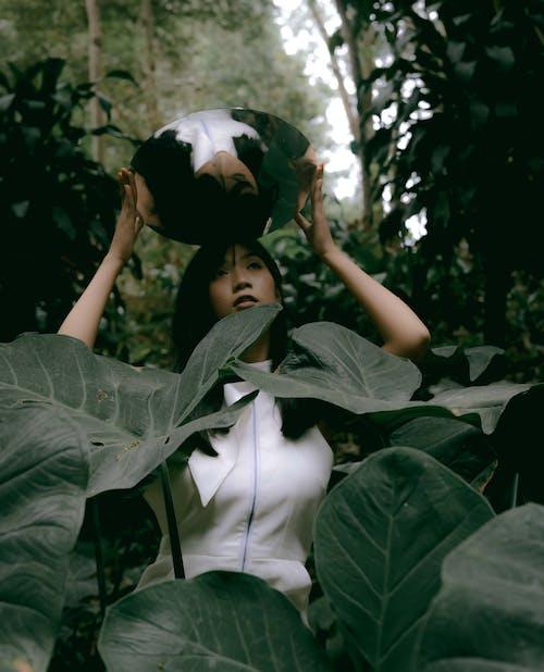Zdjęcie Kobiety Trzymającej Lustro