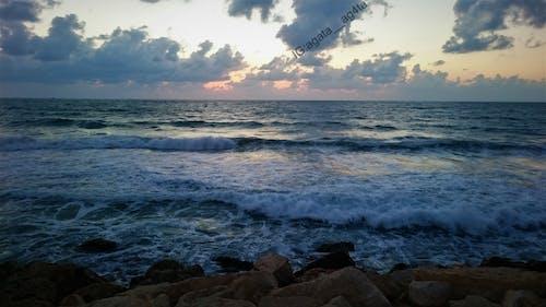 Gratis arkivbilde med bevegelse, blå himmel, bølger, brytende bølger