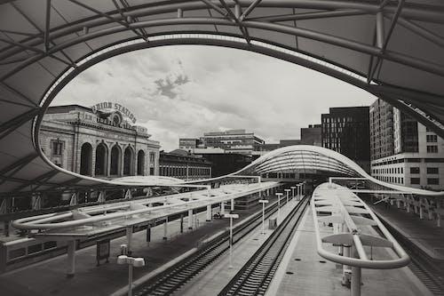 Foto stok gratis hitam dan putih, kota, Stasiun kereta