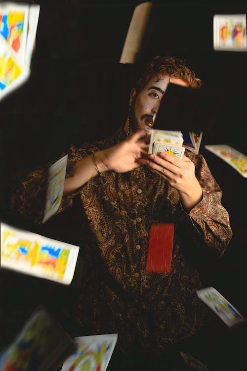 Darmowe zdjęcie z galerii z karty do gry, karty do pokera, mężczyzna, paczka kart