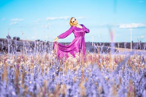 Darmowe zdjęcie z galerii z czas wolny, dziewczyna, fioletowa sukienka, gospodarstwo