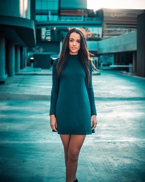 Fotobanka sbezplatnými fotkami na tému #mobilechallenge, #models, 20-25 ročná žena, 50mm