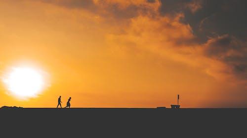 걷고 있는 커플, 골든 아워, 구름 낀 하늘, 사랑의 무료 스톡 사진