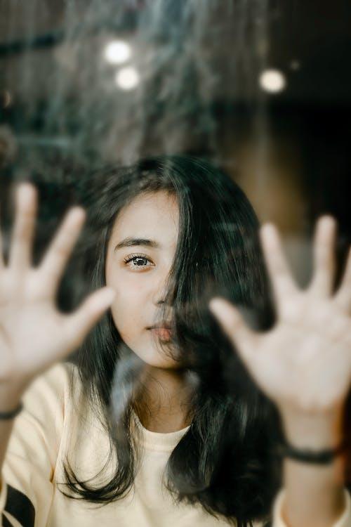 Menina Mostrando As Mãos