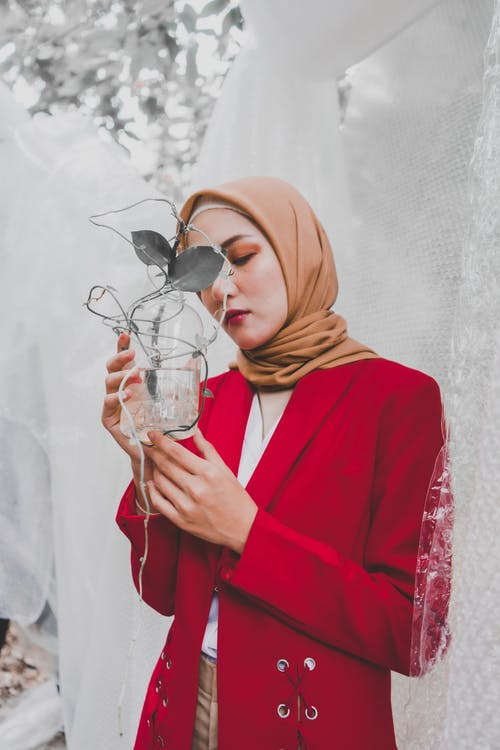 Het Glas Van De Vrouwenholding Met Installatie