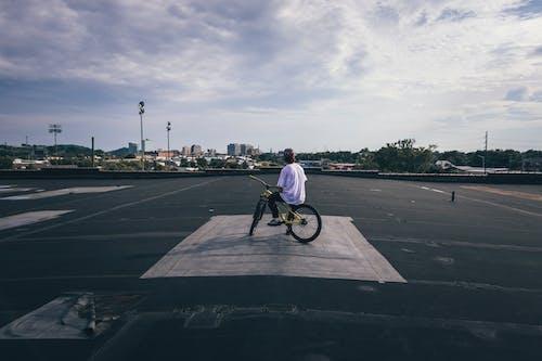 Foto d'estoc gratuïta de a l'aire lliure, acció, atracció, bici