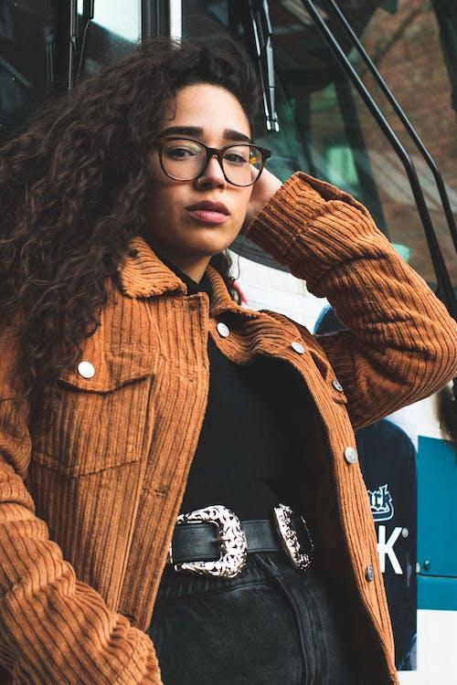 Foto stok gratis berambut cokelat, ekspresi muka, fashion, gaya