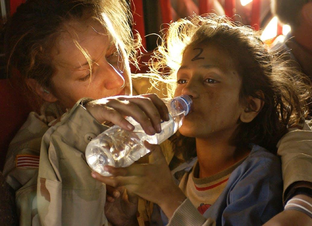 Kostenloses Stock Foto zu flüchtling, frau, getränk