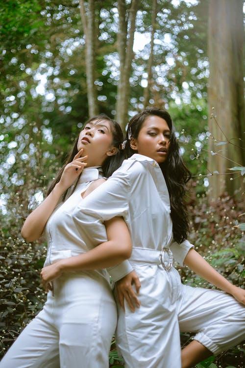 ağaçlar, arkadaşlık, aşındırmak, asyalı kadınlar içeren Ücretsiz stok fotoğraf