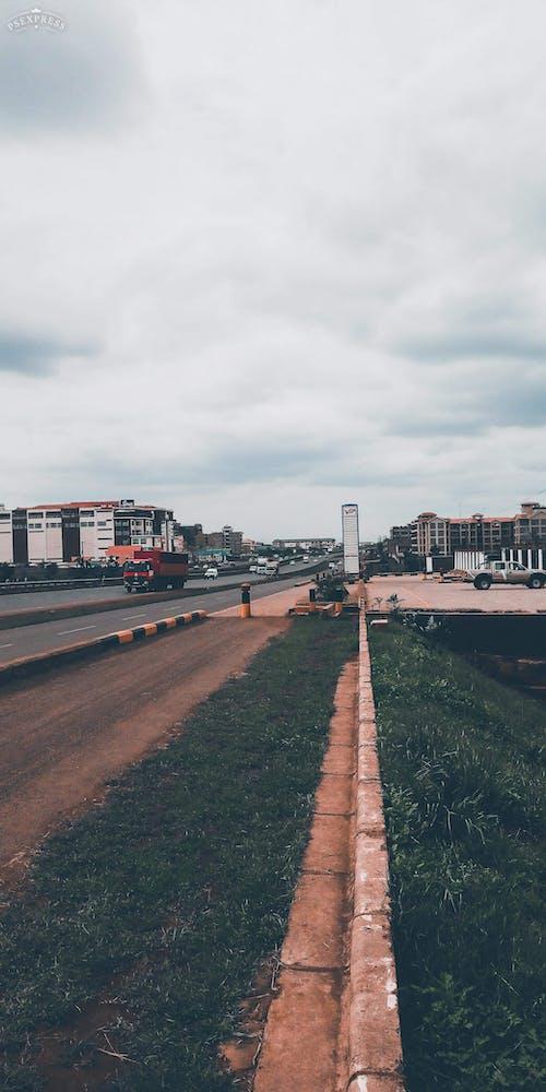 Photos gratuites de une ville sur une autoroute avec des véhicules en mouvement