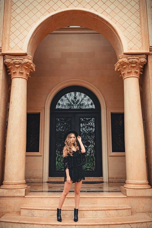 Бесплатное стоковое фото с Арка, архитектура, брюнетка, женщина