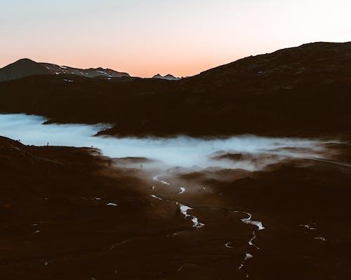 Foto profissional grátis de água, alvorecer, cadeia de montanhas, cair da noite