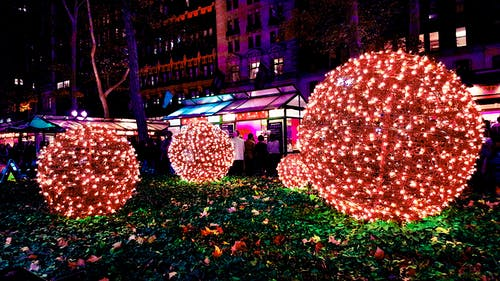 Fotos de stock gratuitas de arboles, Bloque de pisos, bolas de luz, centro comercial