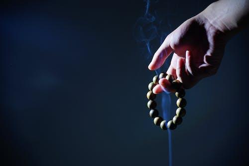 Kostenloses Stock Foto zu armband, begrifflich, buddhistische gebetsperlen, dunkel