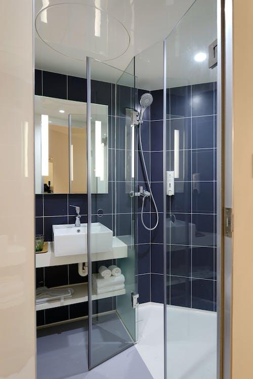 Gratis lagerfoto af arkitektur, badehåndklæder, badeværelse, boligindretning