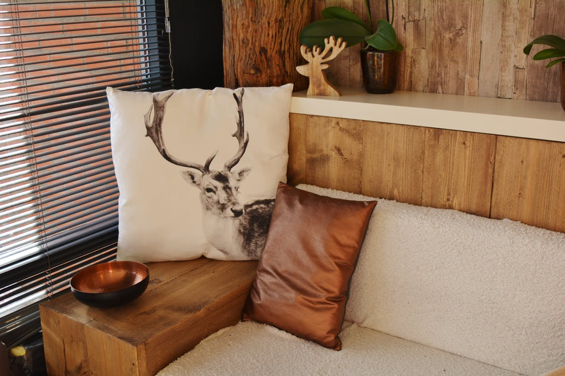 Throw Pillows, 內部, 公寓