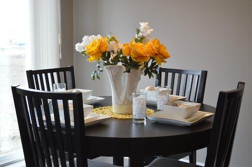 Foto stok gratis bagian dalam, bejana, bunga-bunga, cahaya