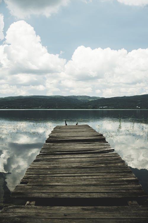 Gratis arkivbilde med innsjø, refleksjon, skyet, stillas