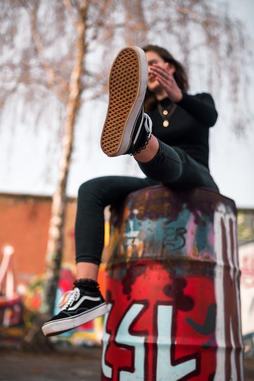 Foto d'estoc gratuïta de dona, foto vertical, furgonetes