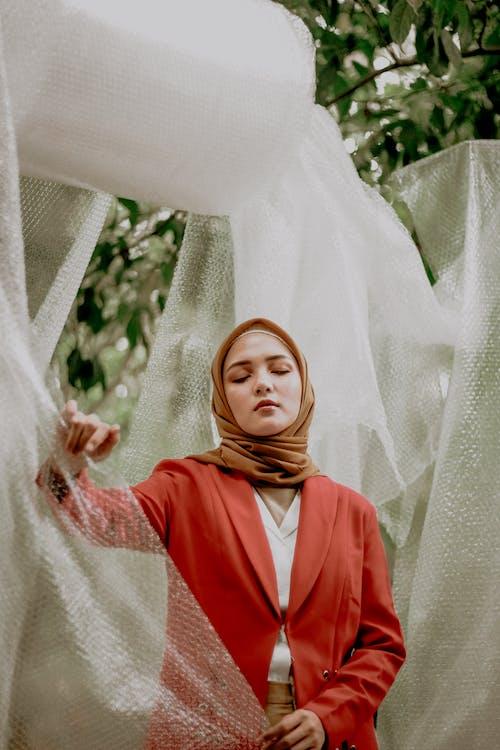 Gratis arkivbilde med asiatisk kvinne, bobleplast, bruke, hijab