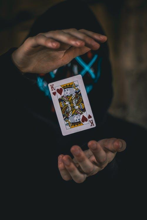 Foto d'estoc gratuïta de baralla de cartes, cartes, cors, flotant