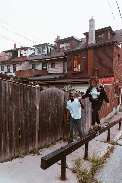 Foto profissional grátis de adulto, andando, ao ar livre, arquitetura
