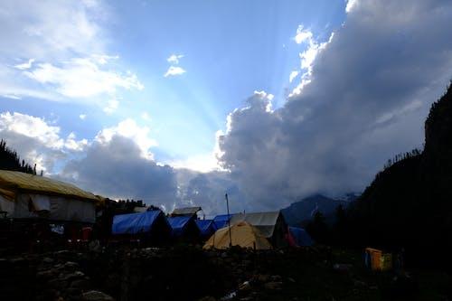Foto d'estoc gratuïta de acampant, acampar a les muntanyes, arbres, bell paisatge
