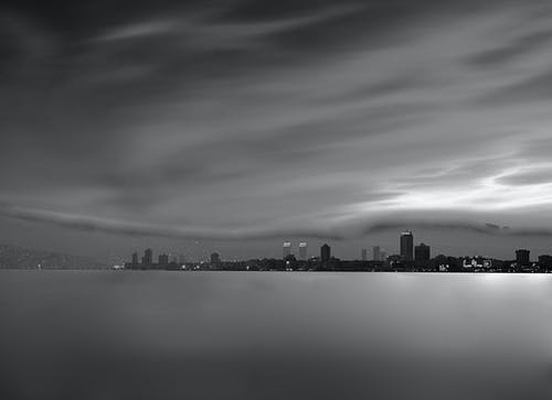Foto d'estoc gratuïta de blanc i negre, ciutat, exposició prolongada, fons de pantalla gratuït