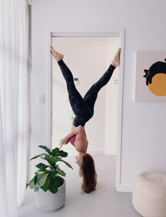 akro jóga, akrobat, bílá