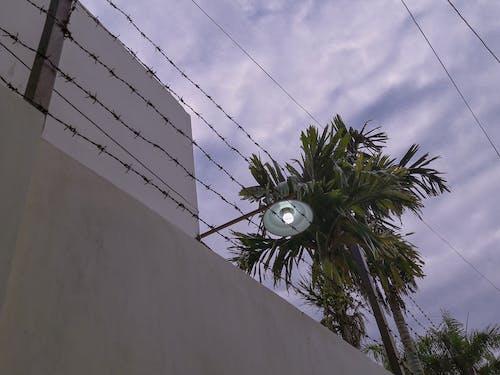 Fotobanka sbezplatnými fotkami na tému lampa, mestský, mraky, náladový