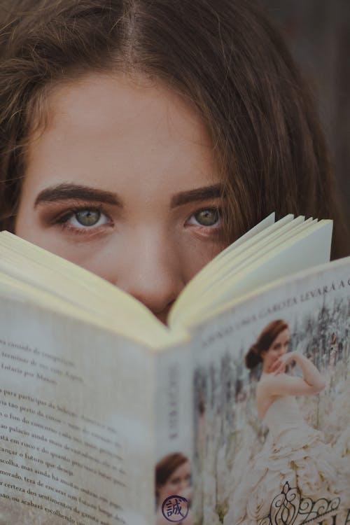 Безкоштовне стокове фото на тему «гарні очі, книга, портрет»