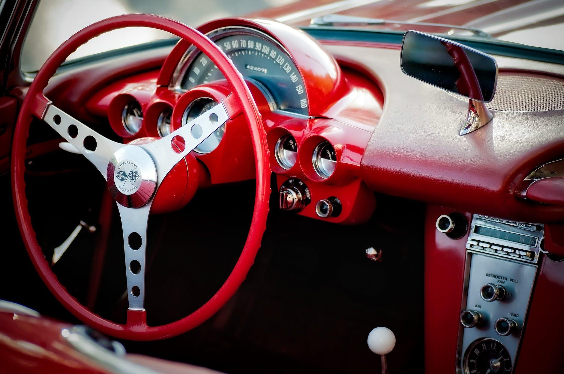 Interieur eines roten Autos | Quelle: Pexels
