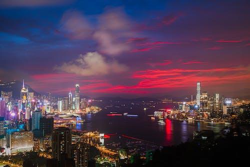 akşam karanlığı, altın saat, binalar, büyük şehir içeren Ücretsiz stok fotoğraf
