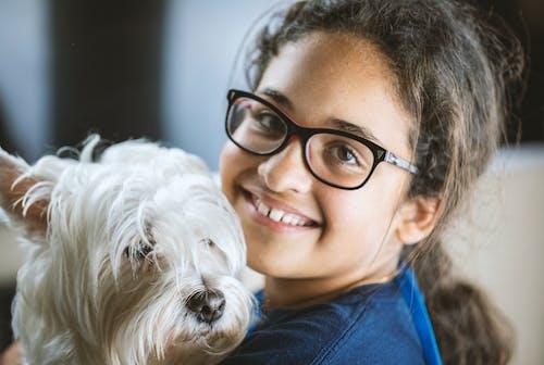 Fotobanka sbezplatnými fotkami na tému dieťa, dieťa so psom, dievča, dievča so psom