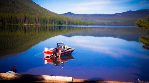 Δωρεάν στοκ φωτογραφιών με αλιευτικό σκάφος, αναψυχή, αντανάκλαση, βουνά